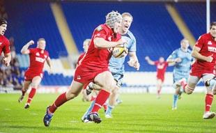 Jonathan Davies canters over for a try against the Blues