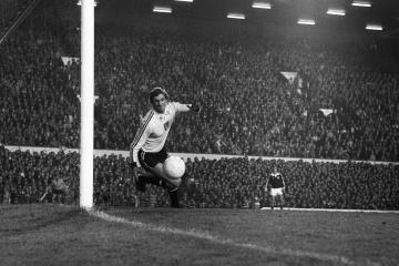 Former Wales and Swansea goalkeeper Dai Davies dies aged 72