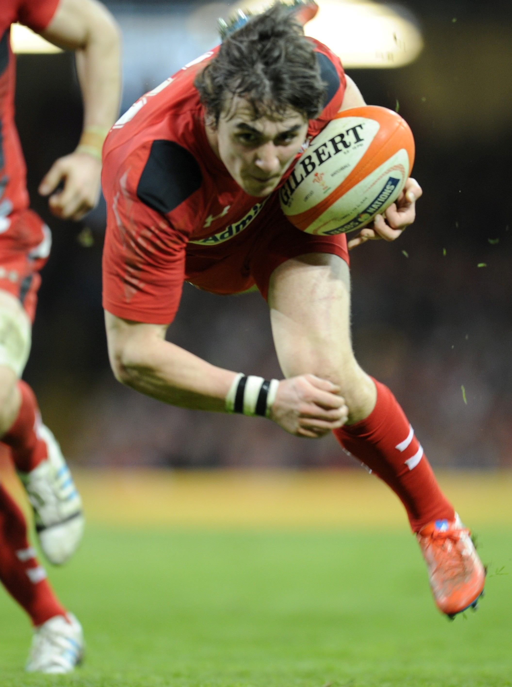 Rhodri Williams is to leave the Scarlets for Bristol