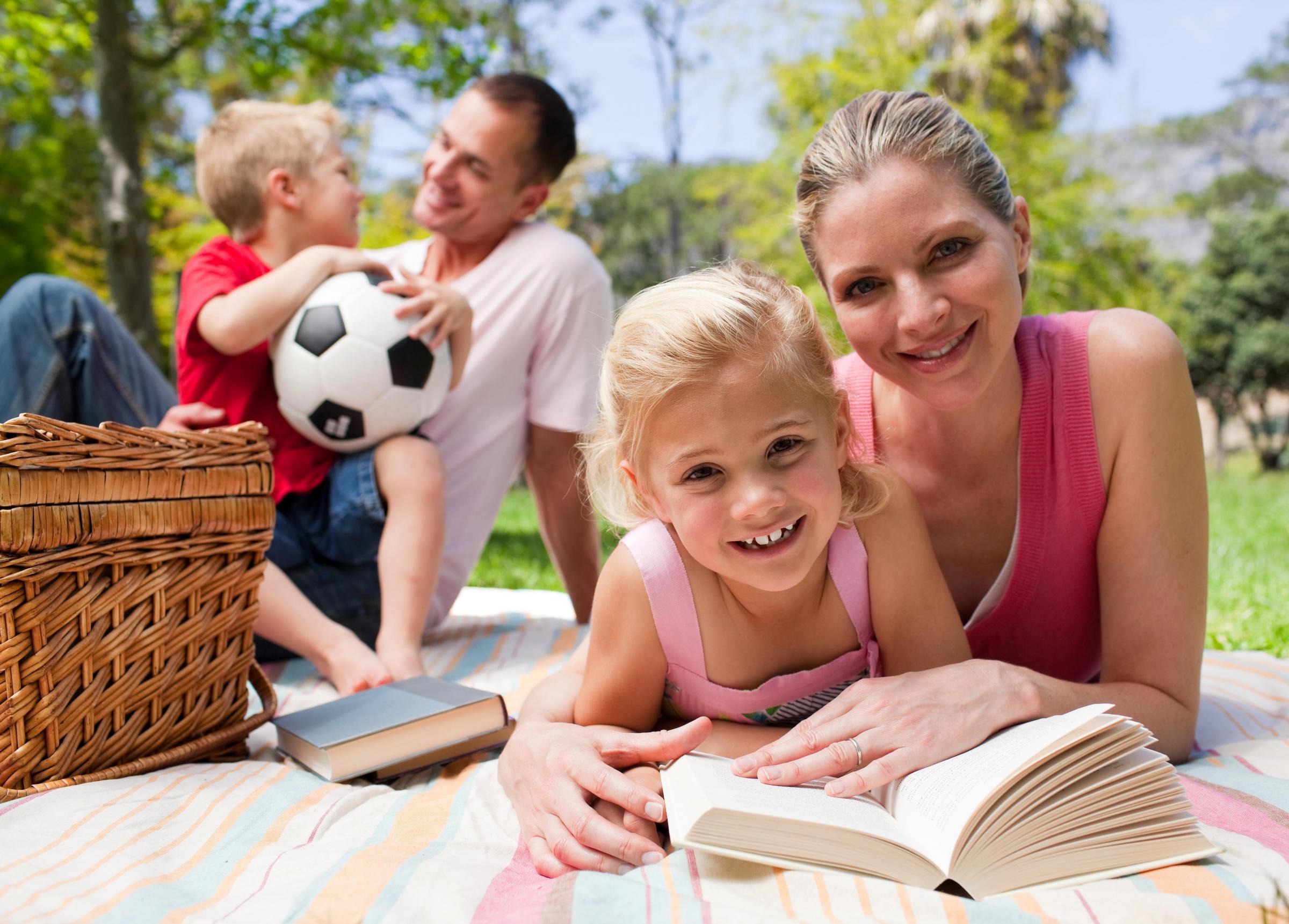 Смотреть как отец и дочка играют 7 фотография