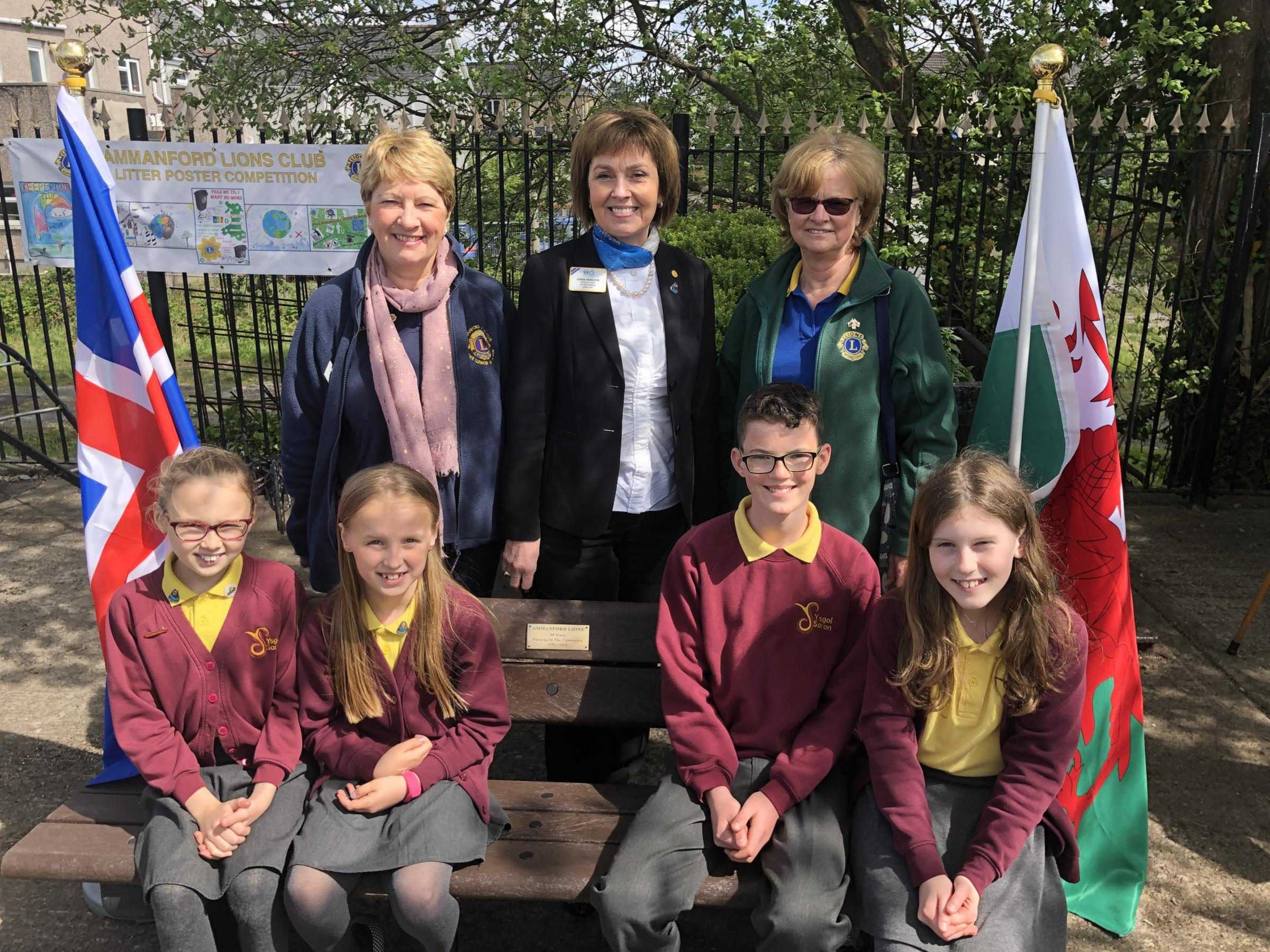 Ammanford Lions President Rhian Thomas, International President (IP) of Lions Gudrun Yngvadottir and Distrct Governor for 105W Sally Marsh with Ysgol Saron pupils